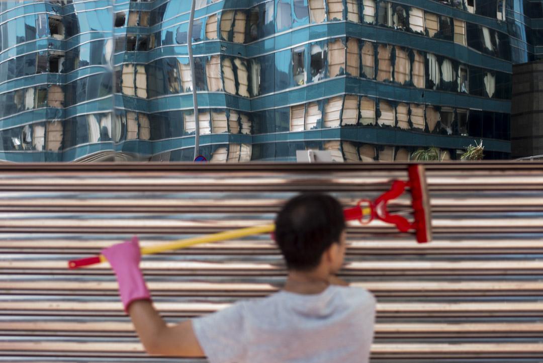 2018年9月18日,清潔工人清理鐵閘。