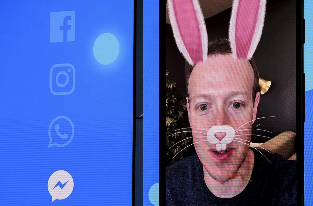 科技巨頭們在輿論和民眾心中的形象也一落千丈。有報告指出科技平台在美國民眾中的信任度在一年內暴跌11%。圖為Facebook的首席執行官馬克·扎克伯格(Mark Zuckerberg)於2018年5月1日在加洲一個峰會期間以網上宣佈Facebook新功能,同時發誓要將隱私保護為首要任務。 攝:Josh Edelson/AFP/Getty Images