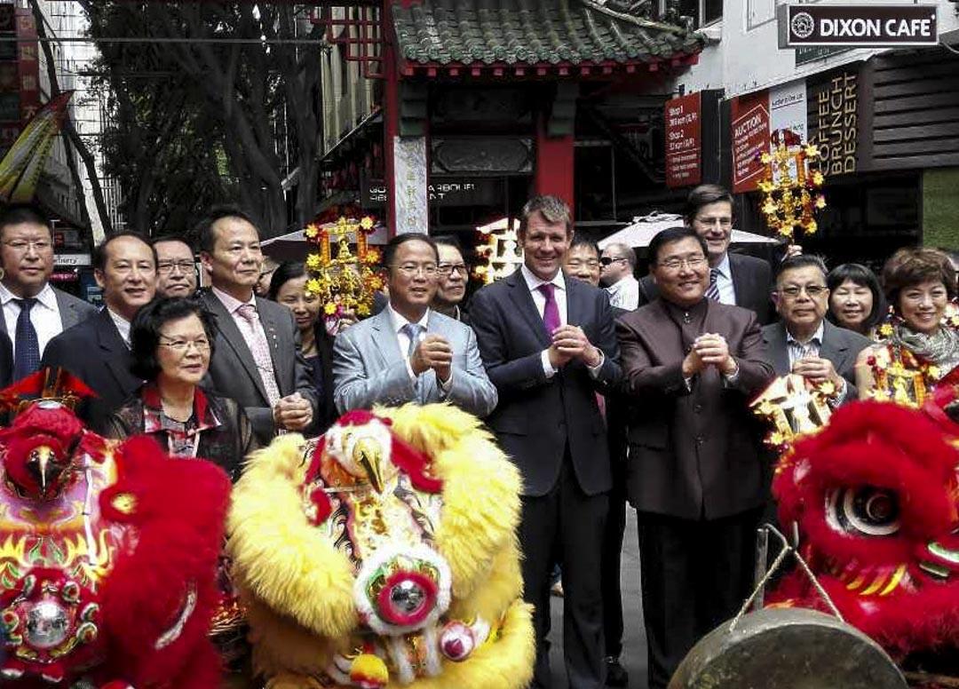 作者認為,黃向墨一方面以捐獻澳洲政界,結識政要,亦擔任具官方背景的「澳洲中國和平統一促進會」主席職務,成為當地的華人領袖。圖為黃向墨出席一個唐人街活動。