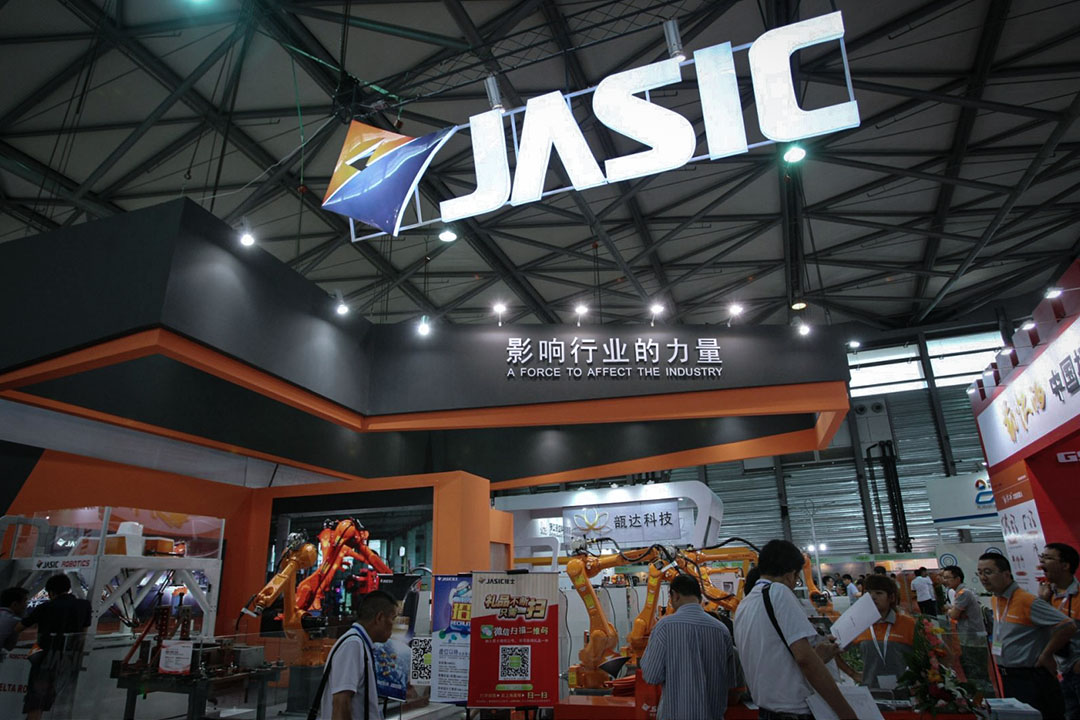 「佳士禁令18條」是佳士工廠紀律委員會於2012年頒布的管理條例,其中第3條是「禁止不服從工作安排」,違反一次就會被「無償辭退」;第11條是「禁止空調溫度低於26度」,違反一次罰款200元,違反三次「無償辭退」。 圖為2014年7月9日,上海舉行的中國國際機器人展上佳士科技有限公司的攤位。