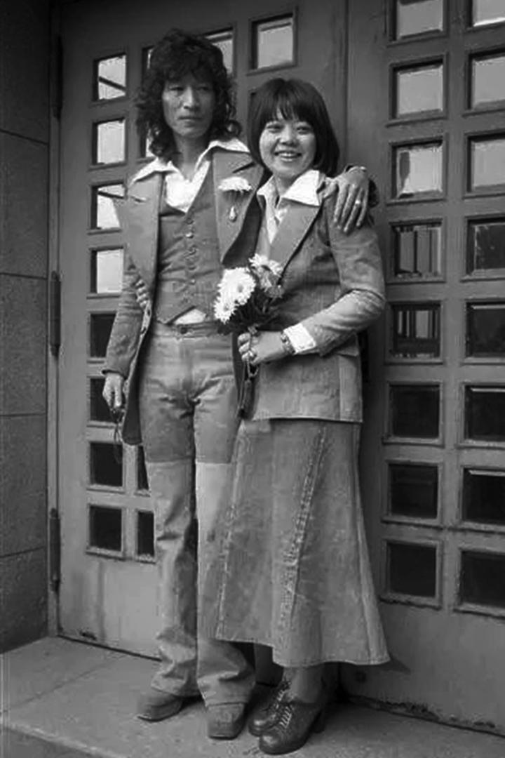 最終一如她所願,在女兒、女婿等家人環伺下在家中結束人生。唯一不在場的是和她分居已經43年、如風一般飄流的丈夫內田裕也。圖為內田裕也和樹林希林。