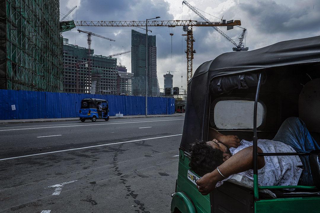 從地理上講,「一帶一路」最初按照歷史的軌迹,主要涉及東南亞、中亞、南亞和西亞的一些國家,只是在這兩條絲綢之路的末端,才到達非洲和歐洲的一些國家。圖為斯里蘭卡科倫坡,此乃中國港灣工程公司開發的One Galle Face項目,該項目旨在嚮應習近平一帶一路的倡議。