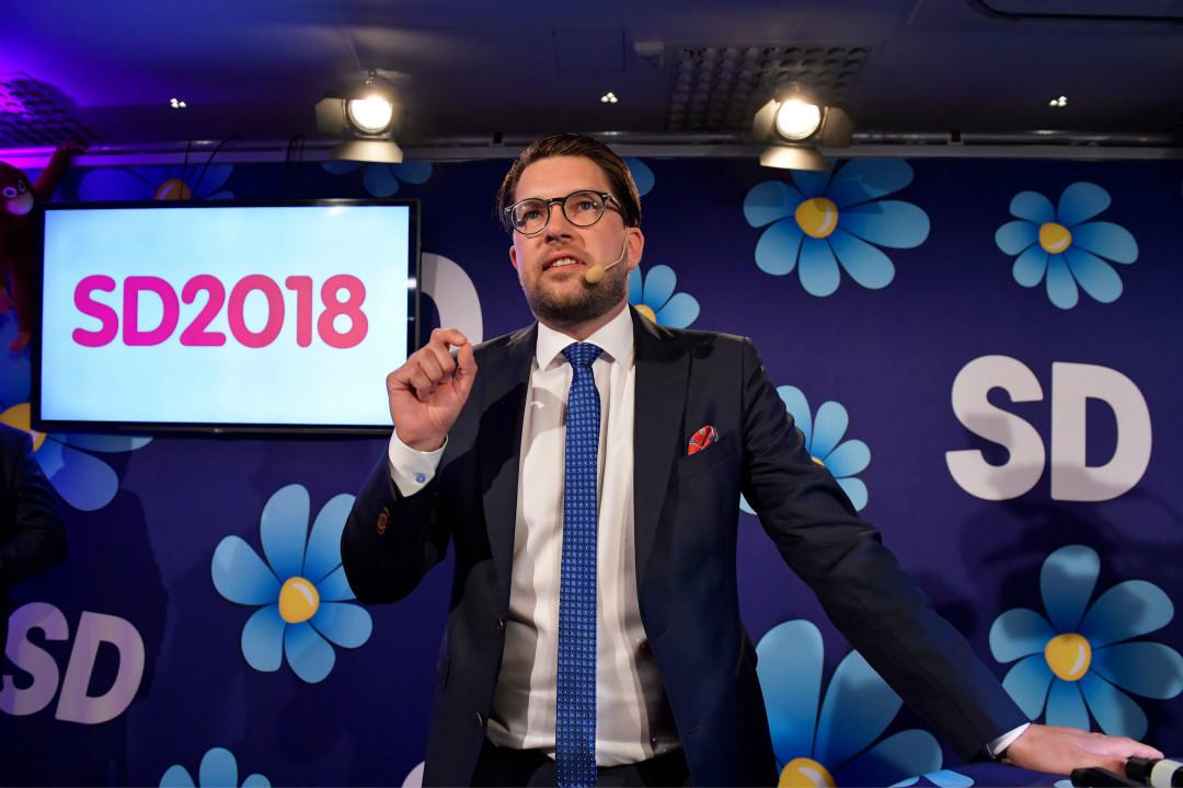 2018年9月9日,瑞典民主黨(SD)領袖奧克松(Jimmie Akesson)在斯德哥爾摩市中心餐廳的選舉派對上講話。 攝:Anders Wiklund/Getty Images