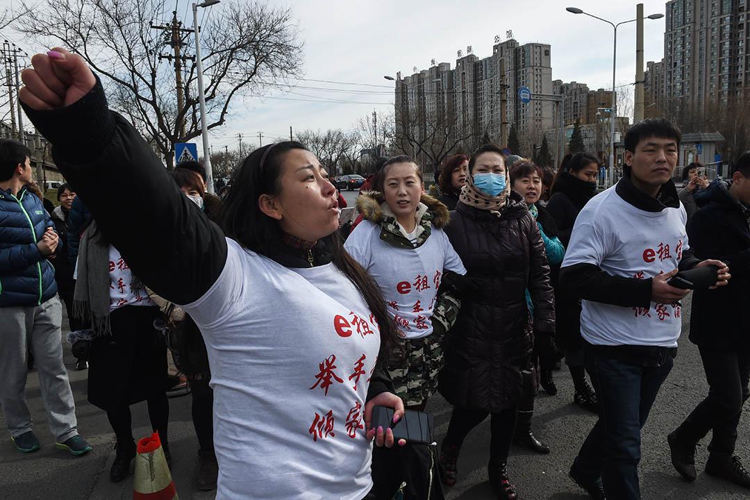 據媒體統計:2014年,爆雷265家;2015年更是達到867家;2016年,556家;2017年,217家……其中,2015年的e租寶爆雷的受害者有90多萬人,尚未追回的金額達700多億元。圖為2016年2月4日,北京e租寶的投資者抗議期間高呼口號。