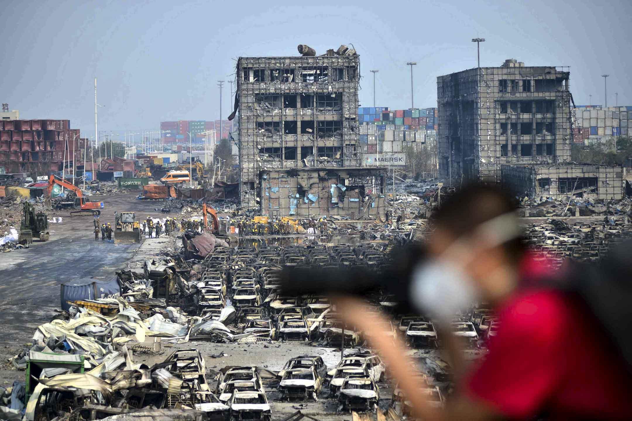 以前去新聞現場,都是過2、3天會收到禁令;後來在去現場的路上就會收到禁令,但還是會去把採訪做了,萬一之後還能發出來;但是現在根本不會去現場了,因為絕不可能有機會發出來。圖為2015年8月,天津大爆炸現場。