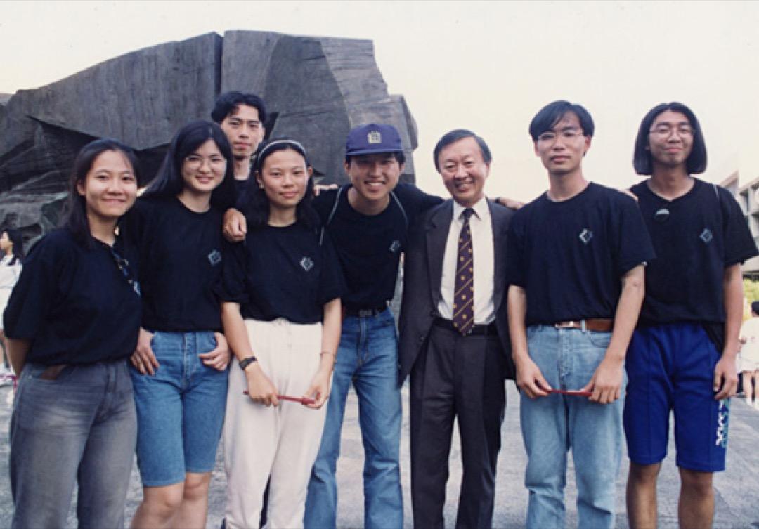高錕在中文大學與學生合照。 圖:中文大學圖片