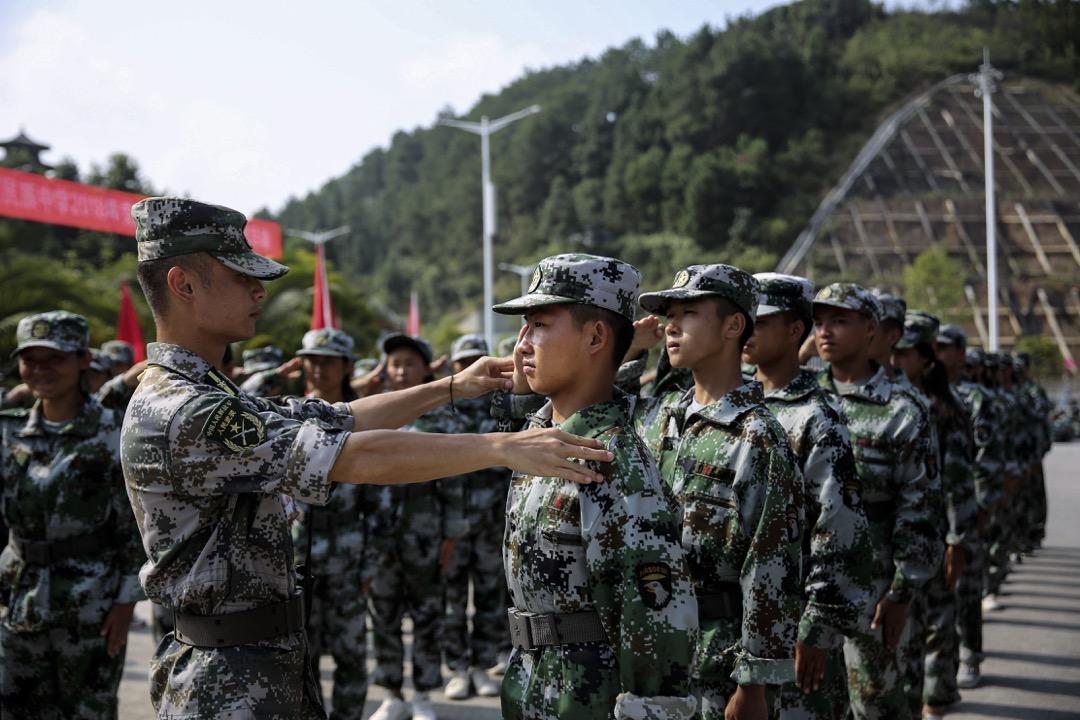 在今天的中國,支持軍訓的聲音時常以「古今中外都有」、「增強國防意識和集體主義觀念」和「磨練意志」為理由,來試圖對抗越來越多的針對軍訓的批評,但是當權者可能沒有意識到,或者不願意意識到,軍訓已經只剩下了形式,甚至已經過時了。 攝:Yang Jiameng/VCG via Getty Images