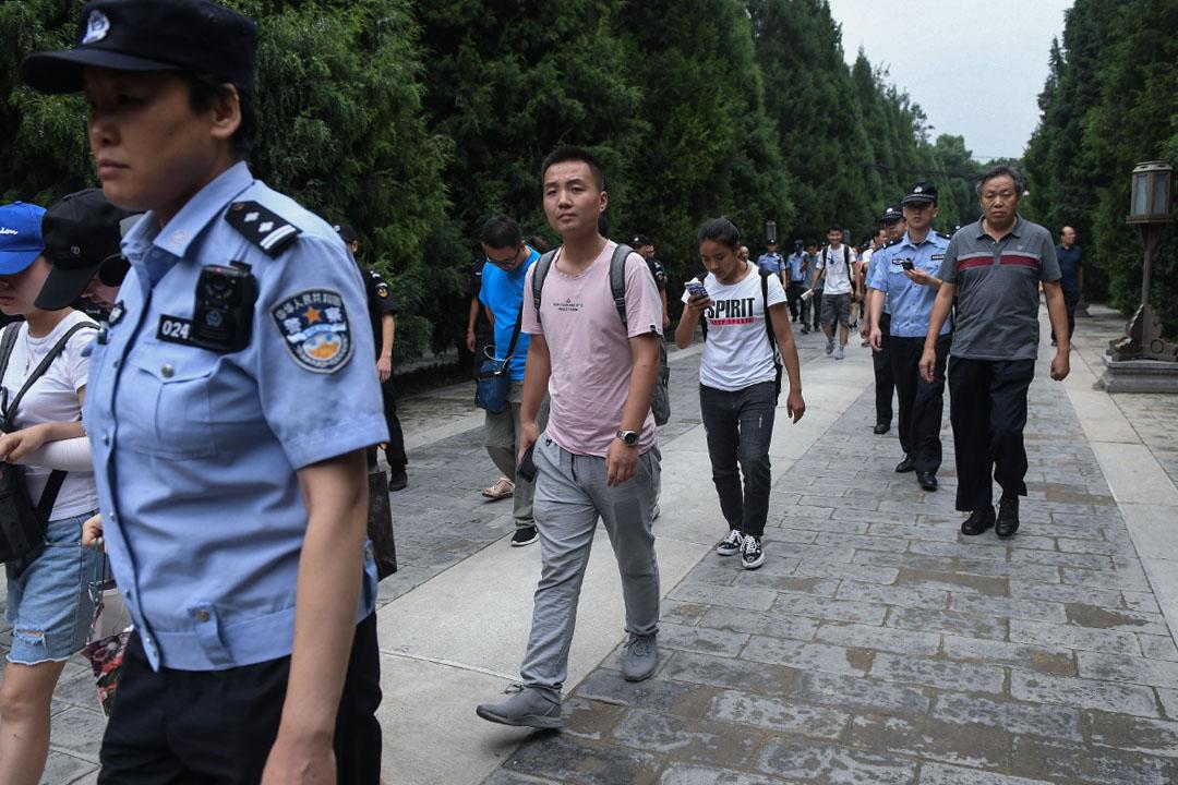 2018年8月6日北京,P2P上訪者被警察和保安趕出公園,並帶上公共汽車。