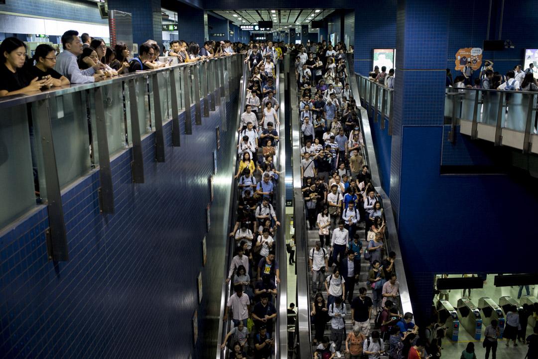 2018年9月17日早上,由於颱風「山竹」吹襲後令不少交通工具暫停,港鐵東鐵線大圍站逾千上班人士逼滿大堂樓梯及閘口。 攝:林振東/端傳媒