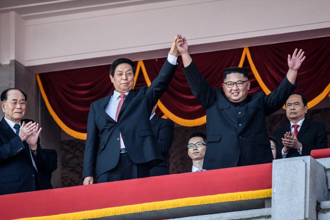 從三月以降,金正恩三訪中國,與習近平政權迅速修補關係。如今看來,金正恩的戰略眼光精準,充分利用美中交惡,將中國做為減弱無核化壓力的槓桿。圖為9月10日北韓國慶70週年閱兵,儀式結束時金正恩攜著中共中央政治局常委栗戰書的手,一起面向人們。