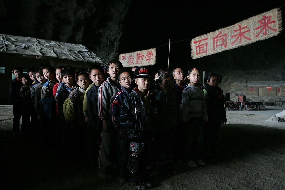 據「21世紀教育研究院」發布的《農村教育布局調整十年評價報告》統計,2000 年到 2010 年,中國農村地區平均每天消失 63 所小學、30 個教學點、3 所初中。 圖爲中國貴州省紫雲縣一個偏遠苗寨附近的小學。 攝:Cancan Chu/Getty Images
