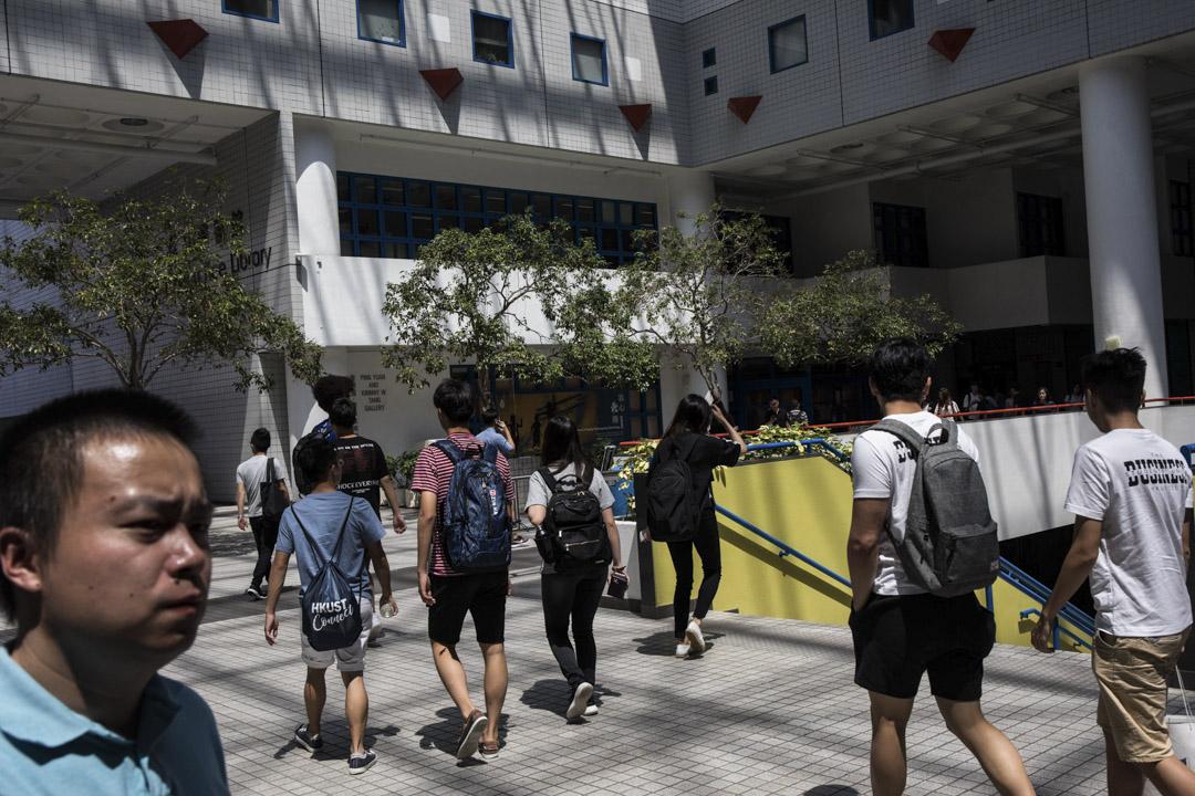 近年,大學迎新營拉贊助已經成為普遍現象,商鋪、商會見慣不怪,學生也已習以為常。 攝:Stanley Leung/端傳媒