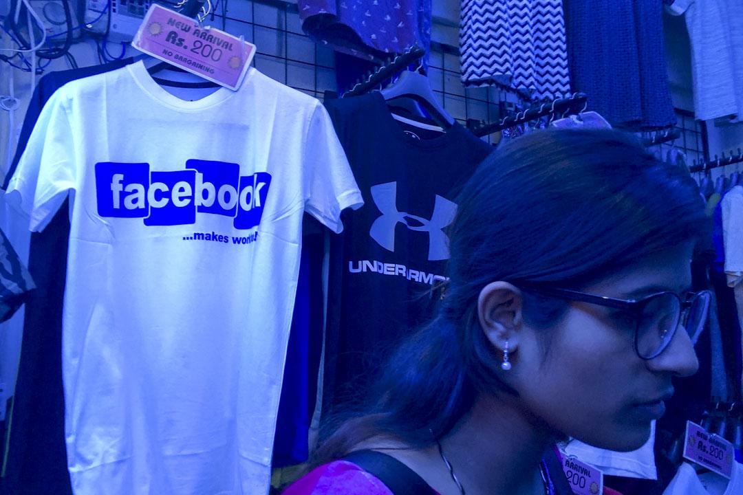 印度的Facebook與劍橋分析的數據洩漏事件上,已升為司法案件。圖為2018年3月,一件仿製Facebook T-shirt在新德里的一家商店內展示出售。