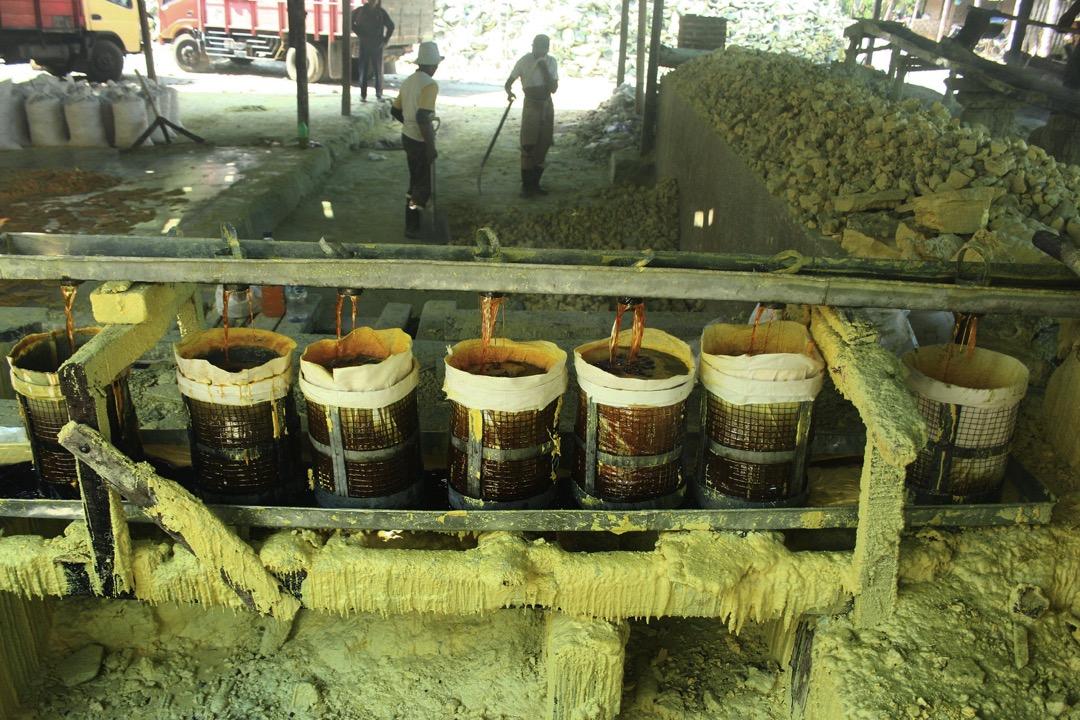 硫磺礦會賣給附近的煉油廠、生產清潔劑和肥料的工廠,被用於硫化橡膠、漂白及其他工業生產。