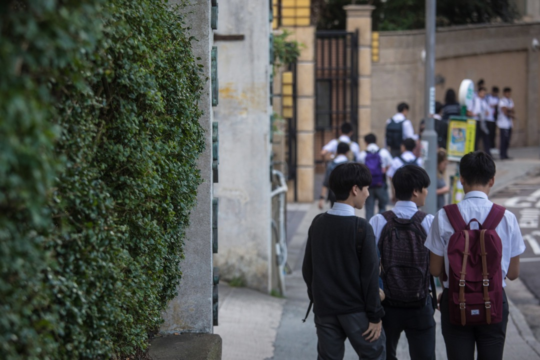 理工大學應用社會科學系研究團隊公布研究結果,顯示有超過三成人曾試過在未經同意下,被別人上載自己照片或影片。有學者認為,「網絡起底」足以構成傷害,建議立法打擊網絡欺凌行為。 攝:Stanley Leung/端傳媒