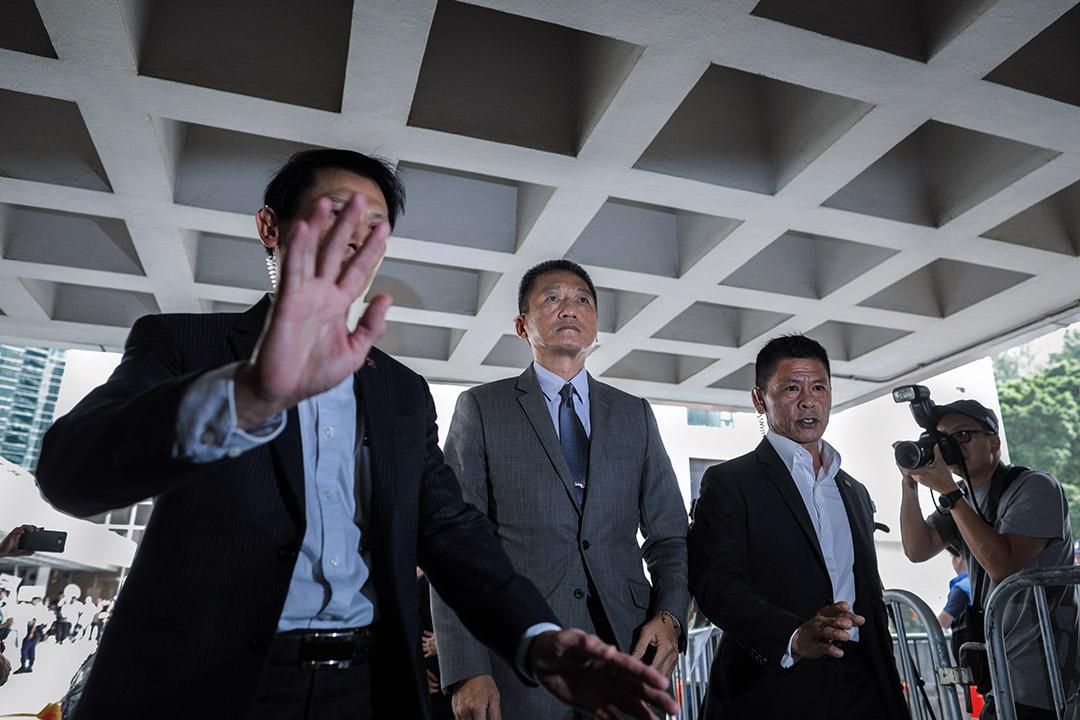 2018年9月14日,香港高等法院駁回退休警司朱經緯就一項「襲擊致造成身體傷害罪」的定罪及刑期所提出的上訴,朱經緯須返回監獄繼續服刑。圖為今天下午朱經緯抵達高院,準備出庭應訊。