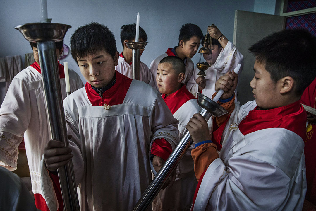 習近平為協商保留了餘地,上任來愛國教會從未任命主教。但他對宗教越抓越緊,外來的基督宗教無論是新教或天主教都面臨威脅,拆教堂、撤十字架以及神職人員「被旅遊」的事件層出不窮。圖為中國河北石家莊地下教會。