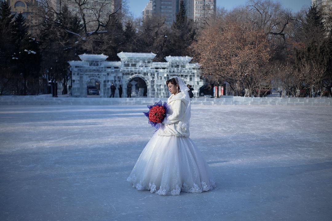 近日中國擬設一個月「離婚冷靜期」。圖為2016年1月6日,中國哈爾濱一個新娘在參加婚禮。 攝:WANG ZHAO/AFP via Getty Images