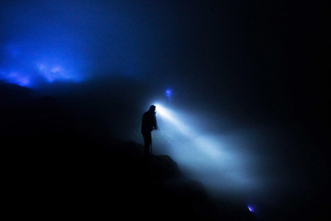 到了晚上,伊真火山會噴發出藍色岩漿和火焰,美豔景色的背後,一群工人仍冒著生命危險默默開採硫磺。