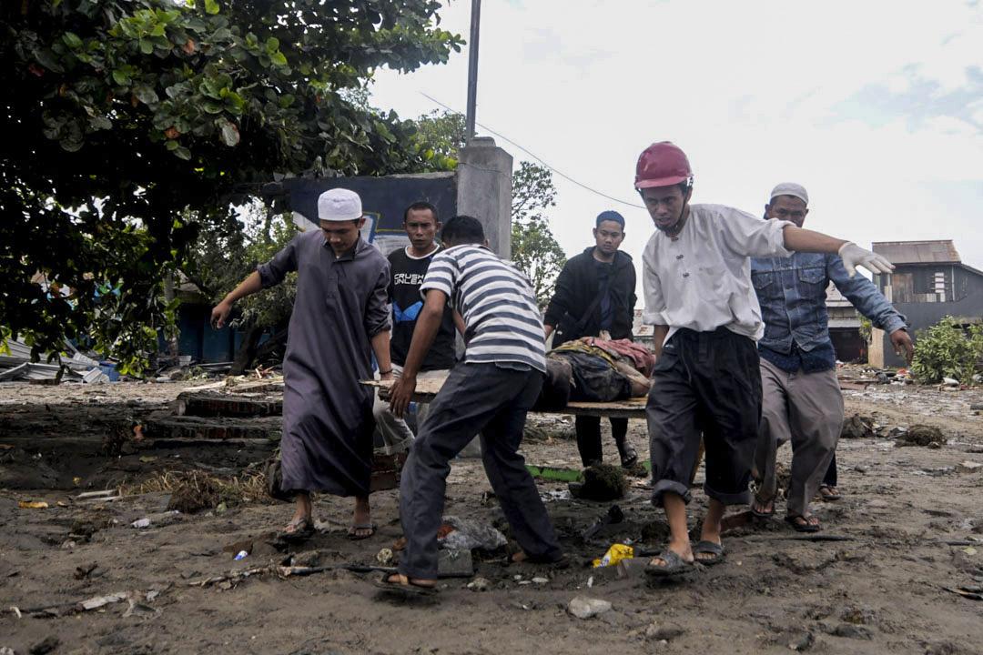 2018年9月29日,在蘇拉威西島的帕盧發生地震和海嘯後,居民在移除屍體。