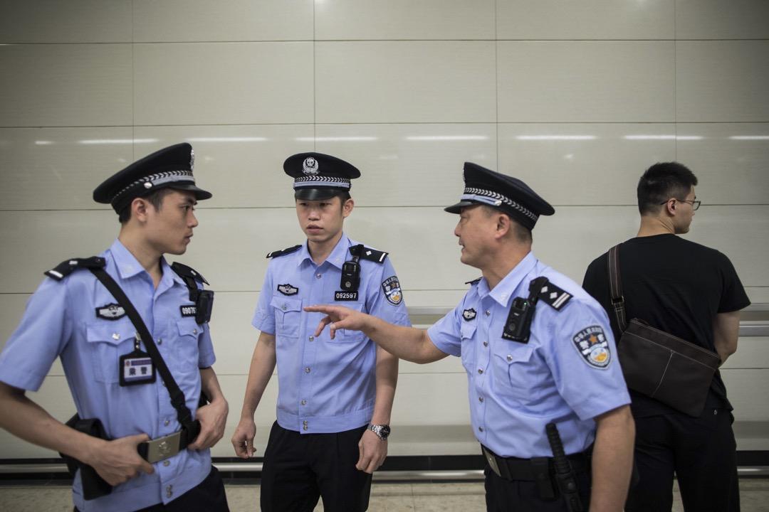 高鐵香港段香港西九龍站月台,數名公安在維持秩序。