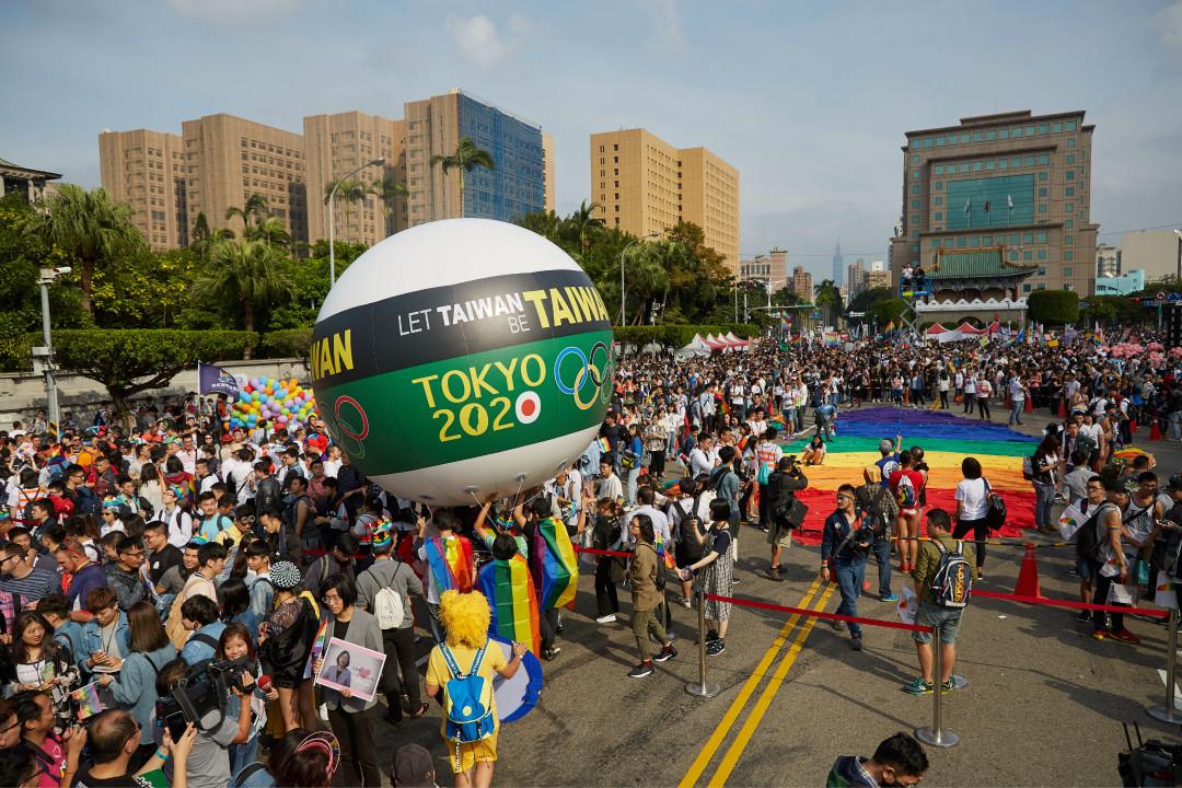 2017年10月28日,台灣 LGBT 驕傲團體升起一個巨大的氣球,支持在2020年東京奧運會上使用「台灣隊」的名稱。 攝:Craig Ferguson/Getty Images