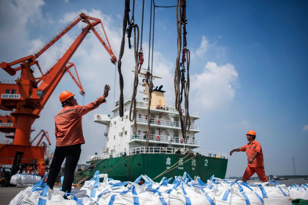 2018年8月7日,中國江蘇省張家港一處港口正在卸貨。 攝:Johannes Eisele/Getty Images