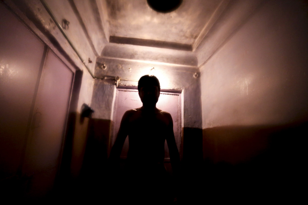 黑房的陣形大致都是在迂迴狹窄的走廊兩旁,只容得下一人走過,二人同行就得鼻息相接幾乎面貼面。
