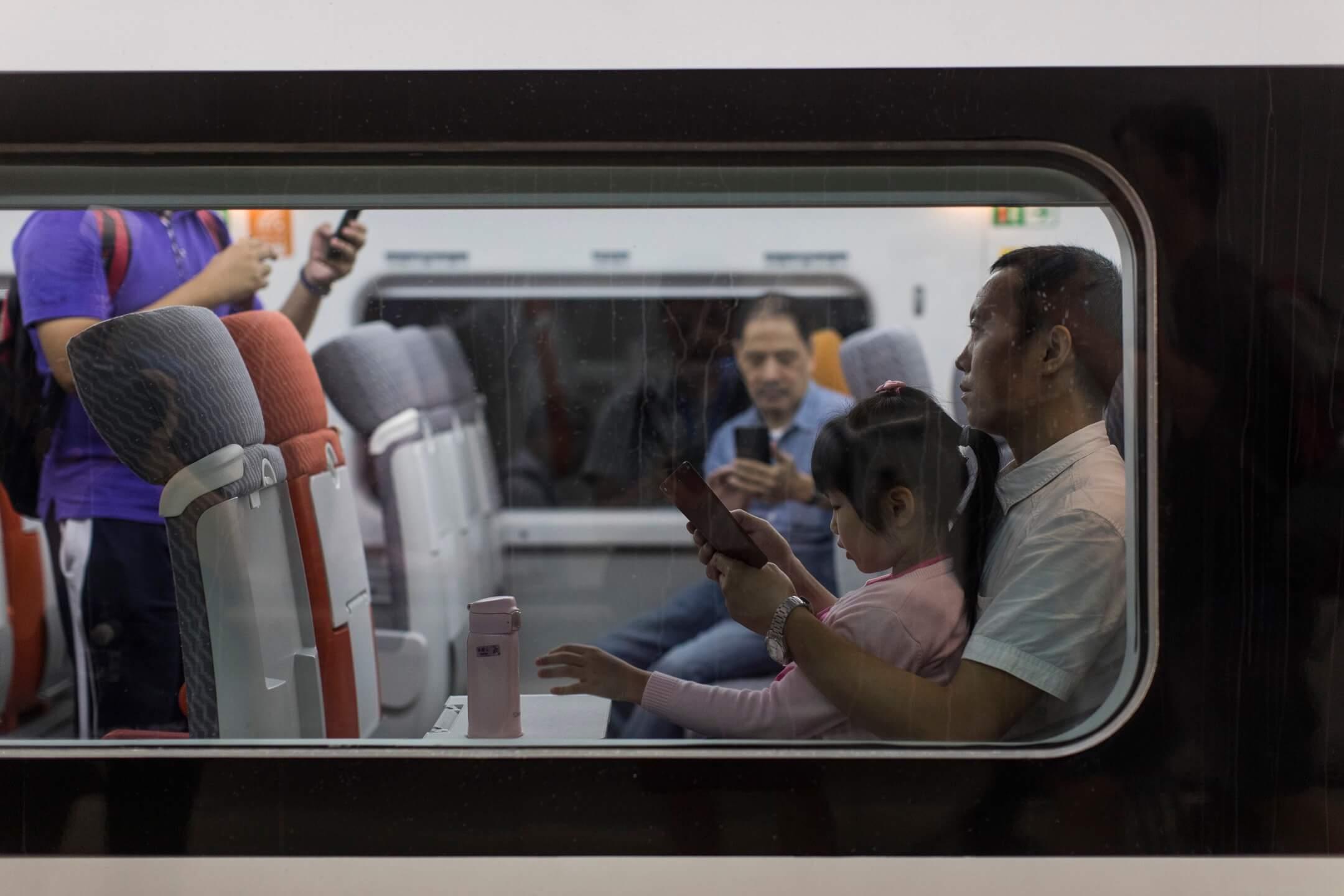 高鐵香港段,首班由香港西九龍站開往內地深圳北站的列車。