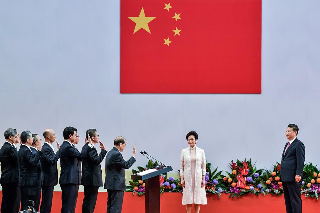 從屬於中共的香港特區政府,其意欲進行政治壓制的立場、思維及言論,顯然都與過去﹑現在的新加坡政府作風南轅北轍。
