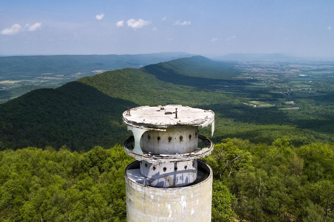 2018年5月15日,美國賓夕法尼亞州西爾萬,代號「炮彈」(Cannonball)的末日塔殘骸屹立於阿帕拉契山脈的十字架山山峰,是該區的最高點。建於冷戰時期,其目的是與其他政府後備設施建立通信網,保障核災難來臨時,美國政府能繼續運作。該塔於1977年停止運作。