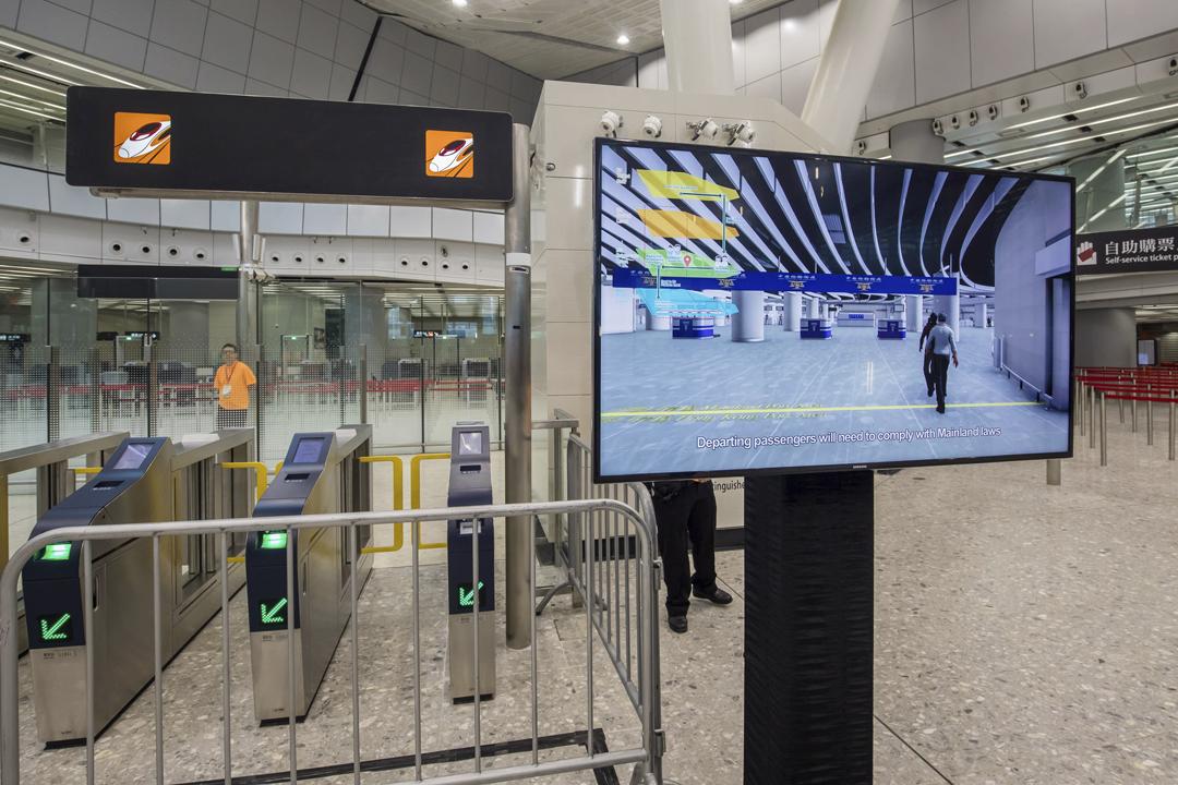 2018年9月1日,廣深港高鐵香港段西九龍總站內有顯示屏正播放短片,其中介紹關於乘客跨越站內港中分界線所需留意事項。 攝:Paul Yeung / Bloomberg via Getty Images