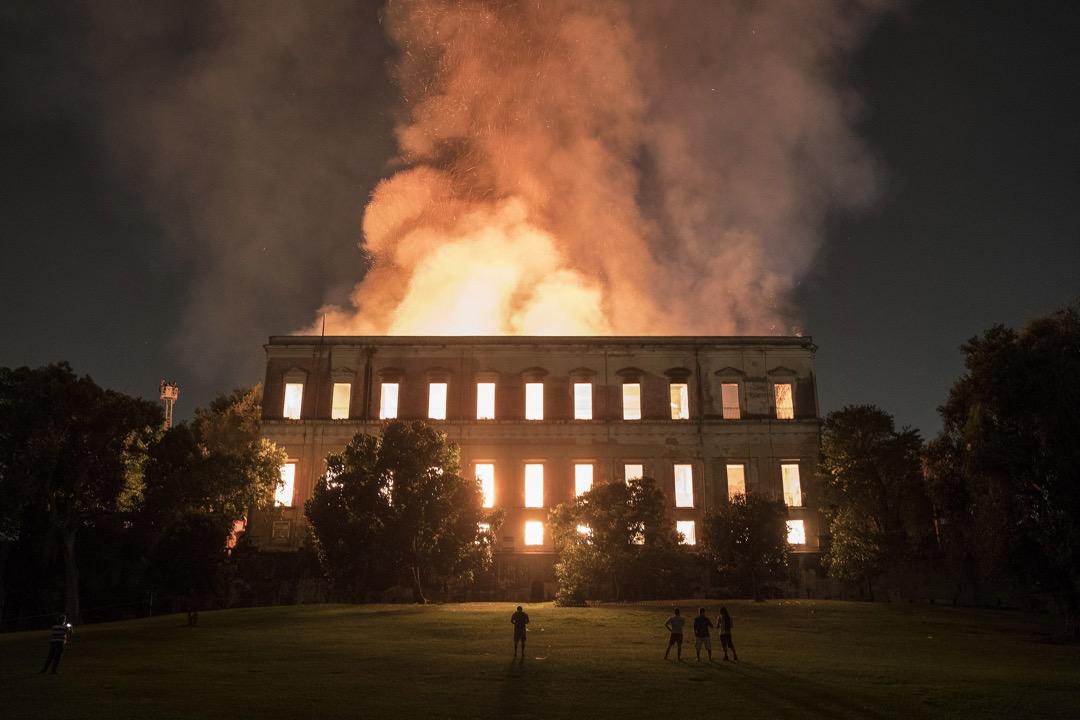 2018年9月2日,巴西里約熱內盧的國家博物館發生大火,燒毀整棟有兩百年歷史的建築物,兼收藏在內的逾兩千萬件文物,包括埃及木乃伊和巴西最古老的人類化石。 攝:Leo Correa/AP