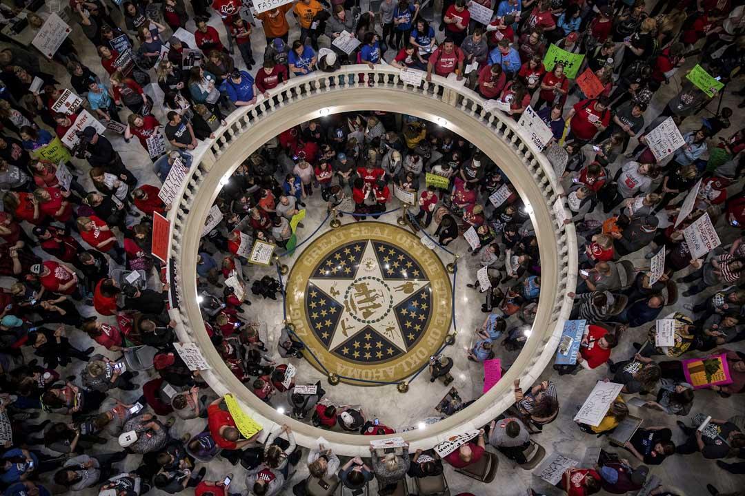 西弗吉尼亞的全部數萬名公立學校教師開始了長達兩週的罷工,其後數個州份的公立教師也陸續發起覆蓋全州的罷工行動,迫使州政府在不同程度上滿足了教師的訴求。圖為2018年4月3日奧克拉荷馬州第二天於議會大廈的罷工情況。