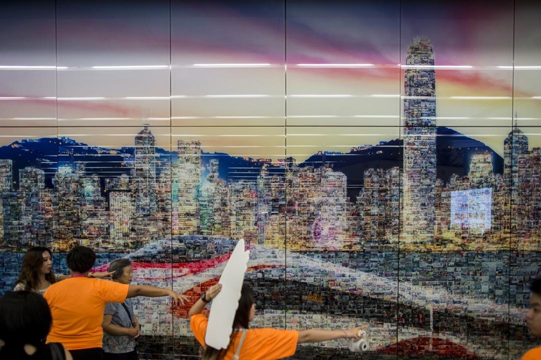 香港西九龍高鐵站內的一道裝飾牆。
