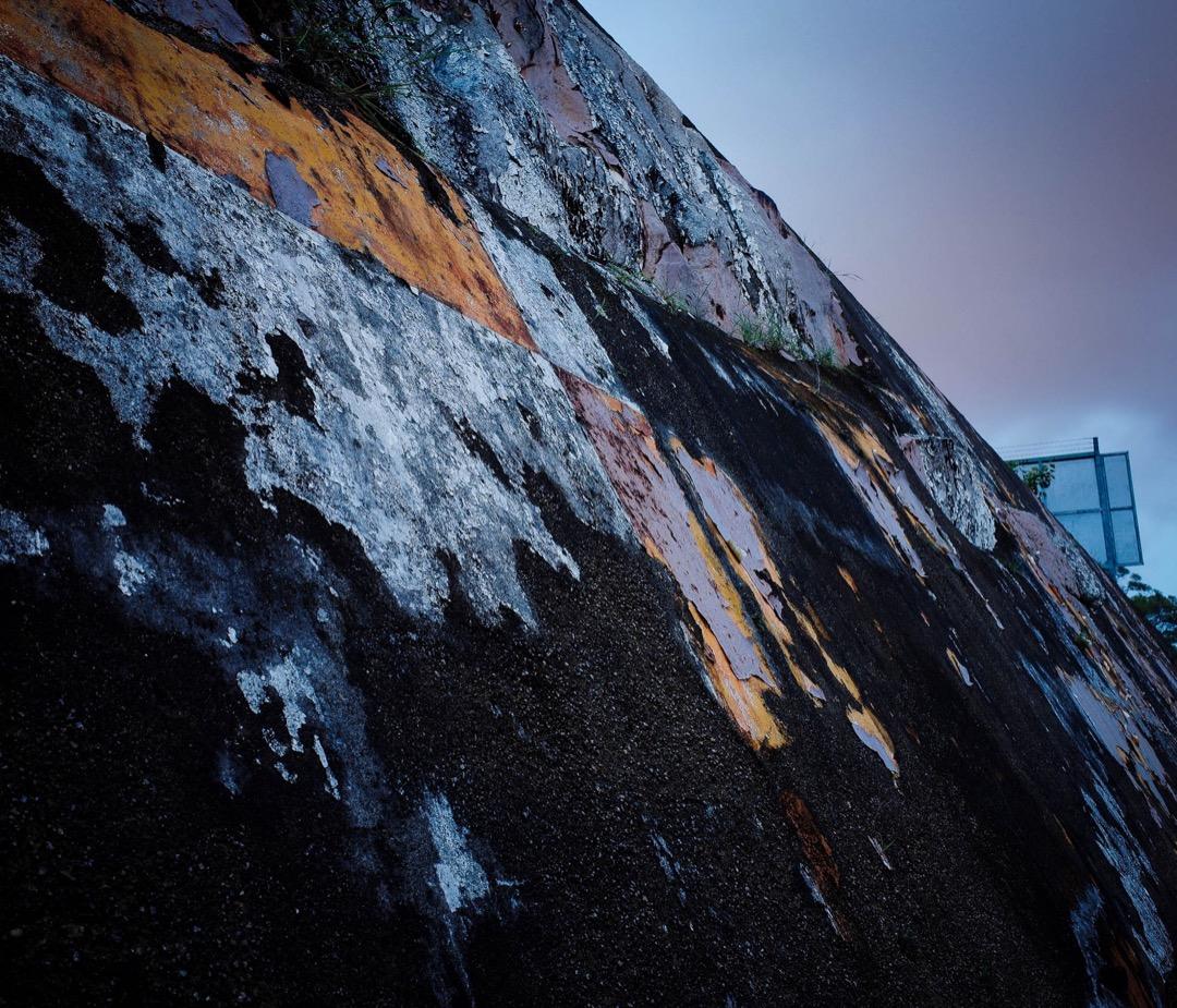 昔日格仔山上的斜坡漆有紅白間格以供降落啓德的飛機作目測標示之用,現時格仔僅只有少部分仍留有色彩。