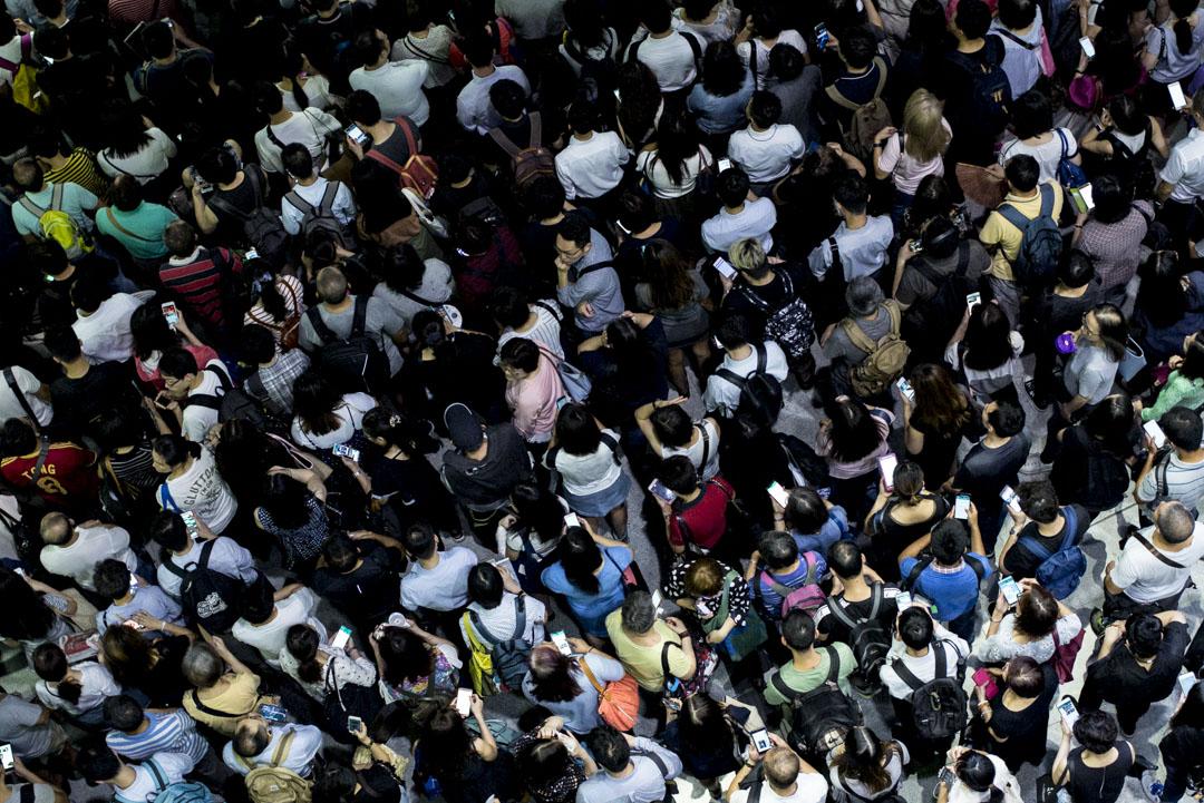 2018年9月17日早上,由於颱風「山竹」吹襲後多處有塌樹瓦礫,交通受阻。港鐵東鐵線大埔墟站往返上水站暫停服務,至於紅磡站往返沙田站則維持每10分鐘一班。而大圍站實施單軌雙行,逾千市民逼滿大堂樓梯及閘口。 攝:林振東/端傳媒