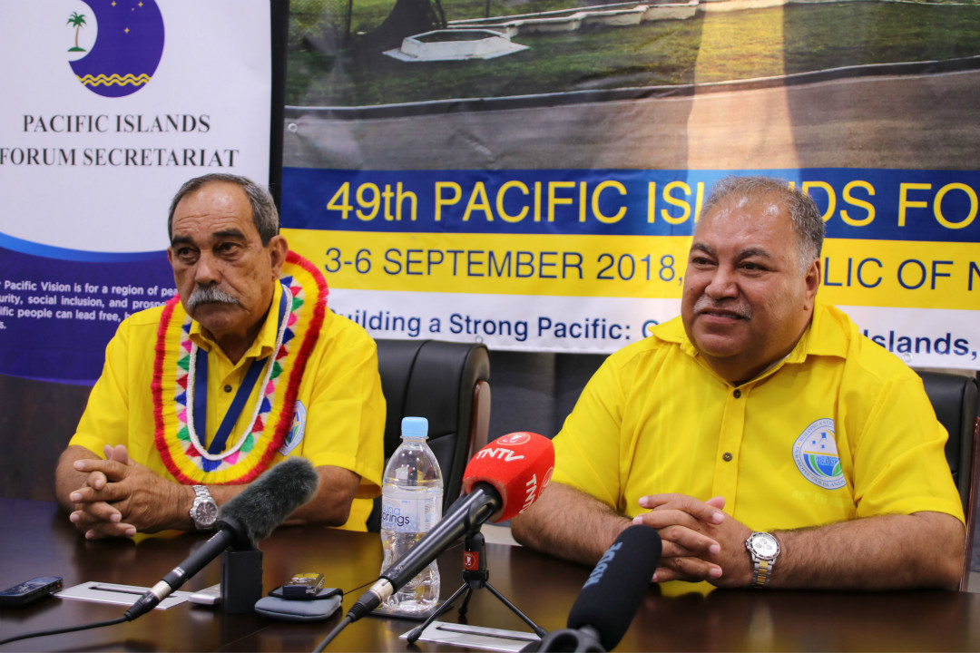 2018年9月3日,密克羅尼西亞總統彼得·克里斯蒂安(左)和瑙魯總統瓦隆(右)在太平洋島嶼論壇(PIF)開幕前出席新聞發布會。 攝:Mike Leyral/Getty Images