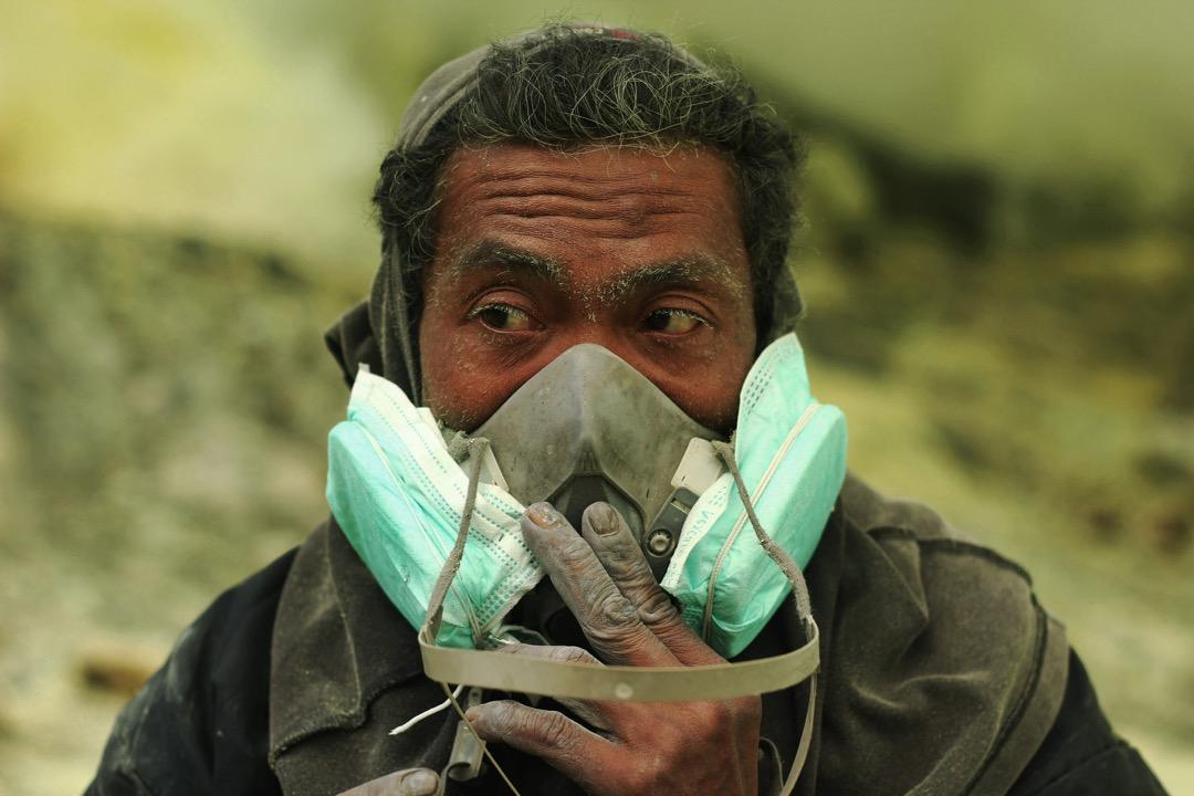 除了毛巾,口罩是硫磺工人唯一免受硫磺氣體刺激的工具。