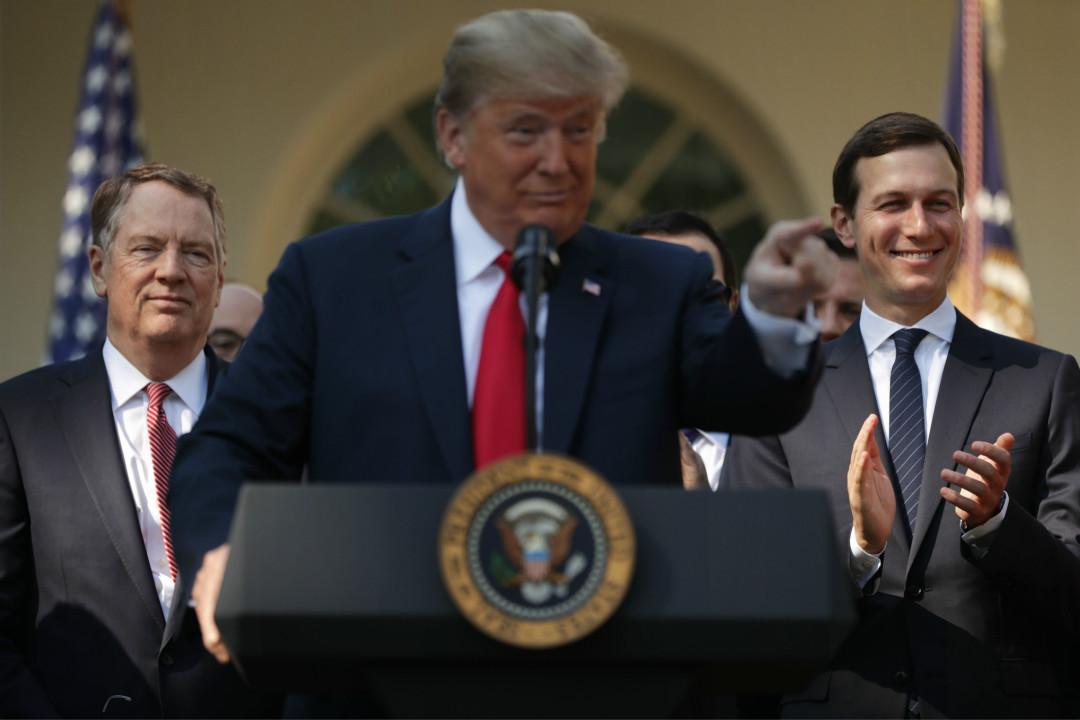 2018年10月1日,美國總統特朗普在白宮舉行新聞發布會,宣布美國與墨西哥和加拿大達成新的貿易協定,其左右分別為貿易代表萊希特(Robert Lighthizer)和女婿兼高級顧問庫什納(Jared Kushner)。 攝:Chip Somodevilla/Getty Images