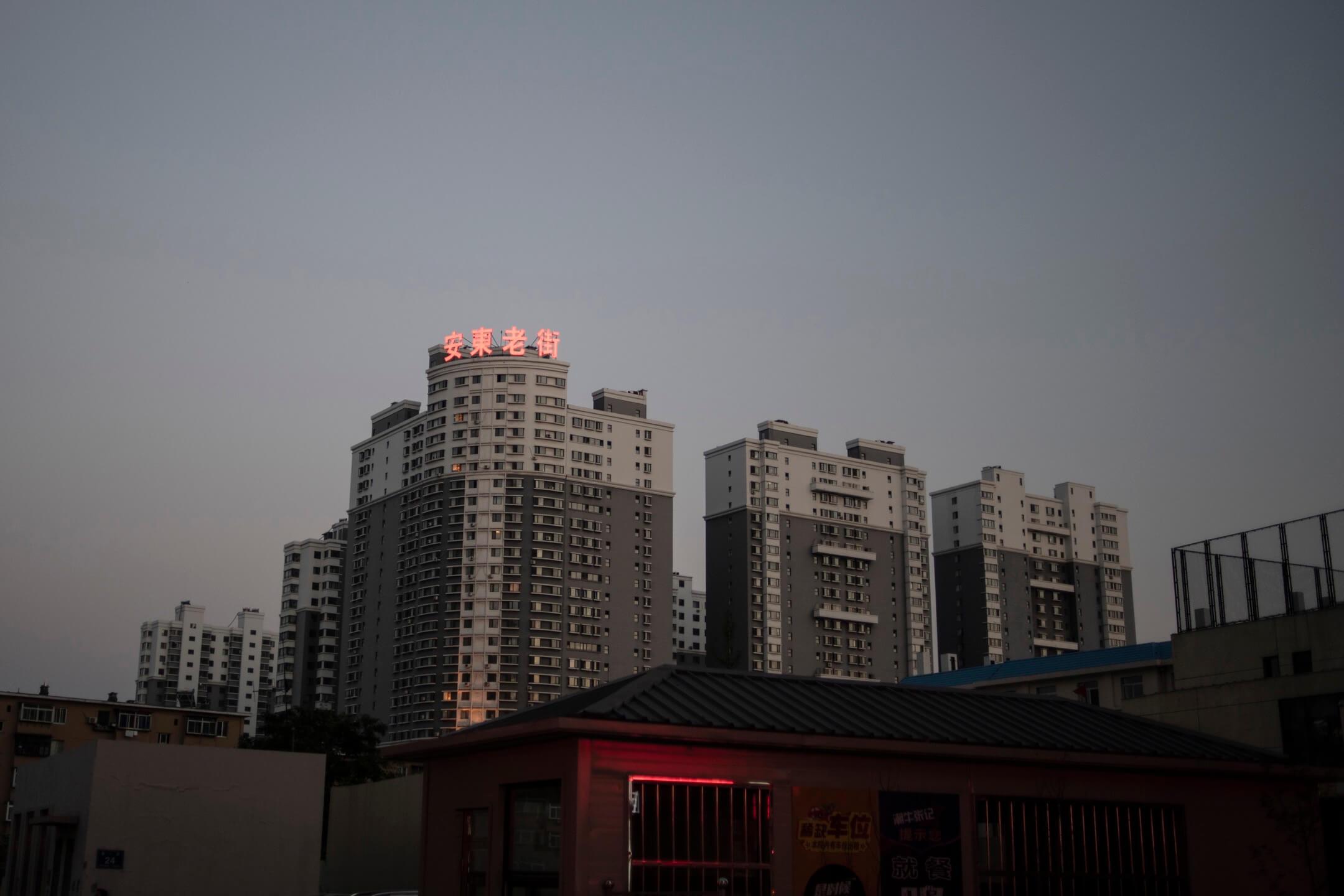 考慮到丹東在中朝貿易中扮演的重要角色與發展潛力,中國的許多對朝經濟開發計劃與投資都在此選址。帶着「丹東必成為朝鮮第一個開放口岸」這一經不起推敲的信心,丹東繼續聚攏着來自各地的伺機者。圖為丹東的一個住宅物業項目。 攝:Fred Dufour/AFP/Getty Images