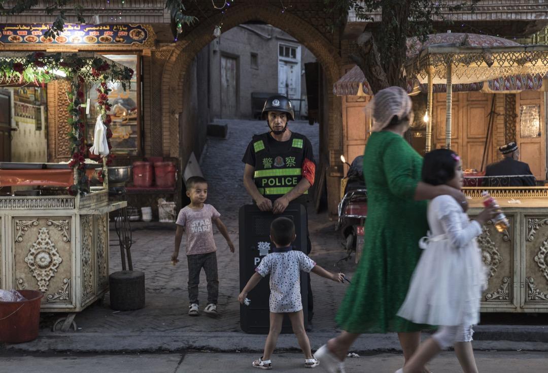 新疆人大常務委員會9日發布公告,公布了經修改的《新疆維吾爾自治區去極端化條例》全文,當日生效,被指將飽受外界質疑的「再教育營」措施合法化。 攝:Kevin Frayer/Getty Images