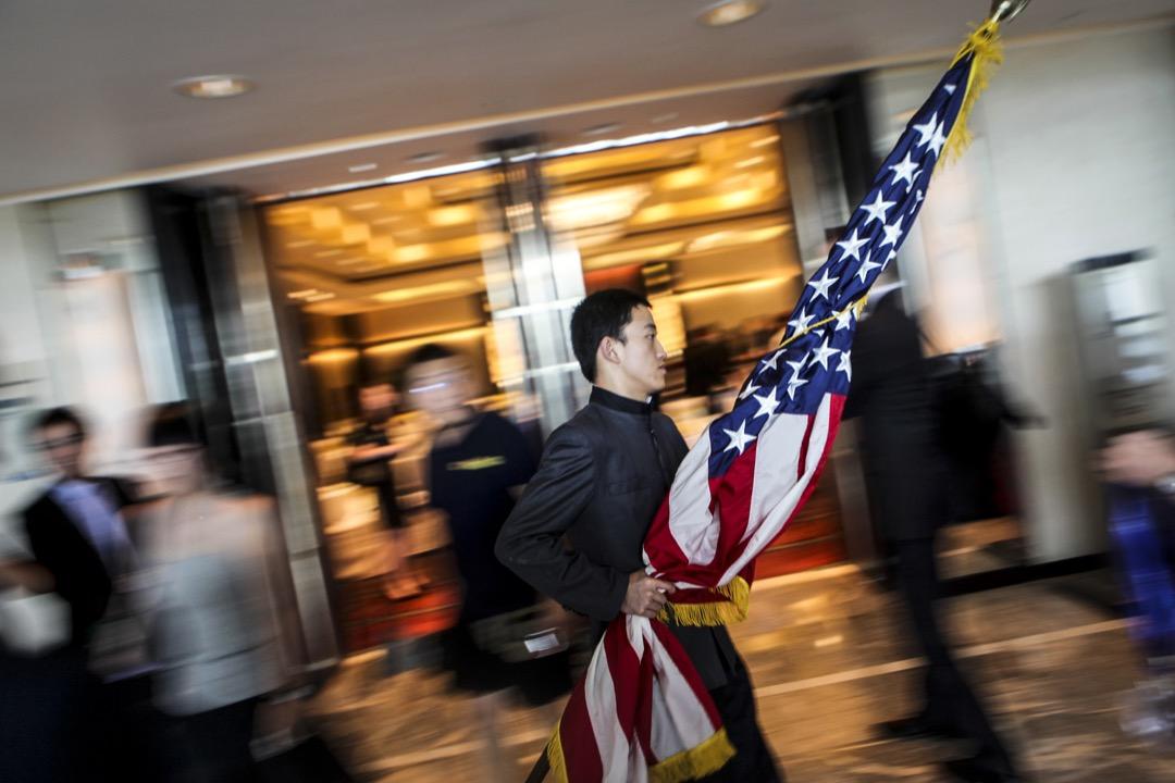 在特朗普上台後的前18個月裏,兩國關係主要圍繞如何約束朝鮮以及如何再平衡貿易的談判展開。但隨着中國在朝鮮問題上的協助作用減弱,同時美中貿易談判陷入停滯,美國的戰略開始浮出水面。 攝:Nelson Ching/Bloomberg via Getty Images