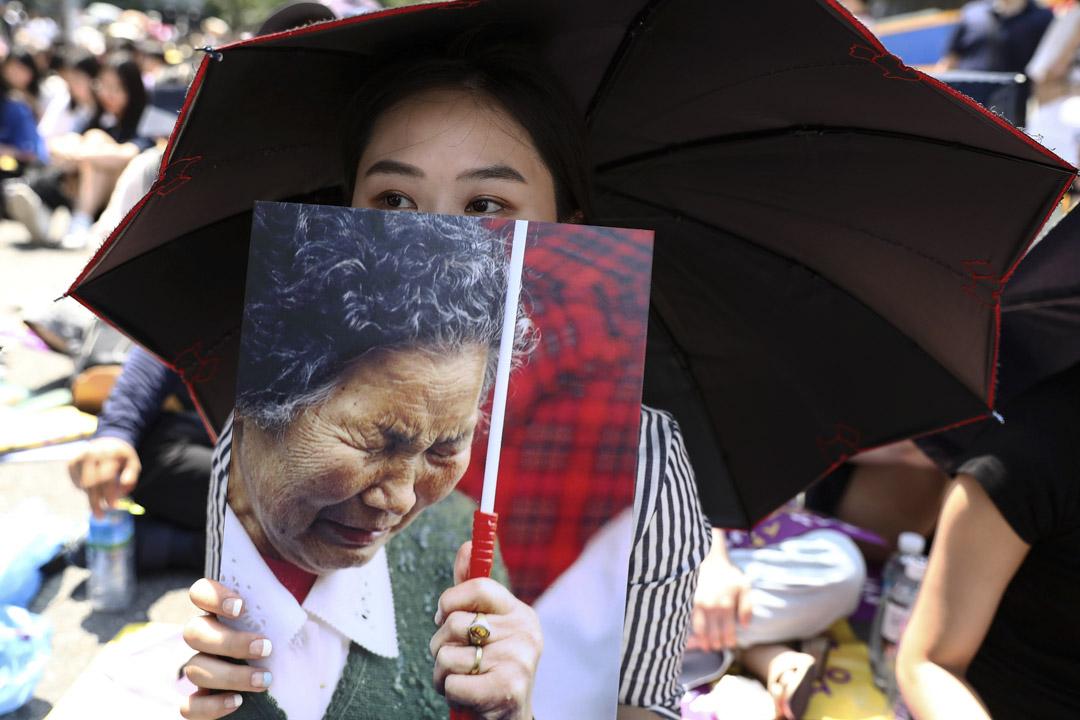 2018年8月15日,南韓首爾,「光復節」73週年,民眾於日本大使館前舉行集會,示威者手持「慰安婦」受害者照片,要求日本政府就「慰安婦」問題道歉。
