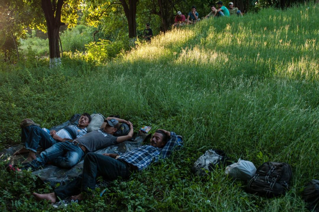 2018年10月24日,有移民大隊成員在危地馬拉首都東北面的一家棄置了的溫泉酒店附近休息。