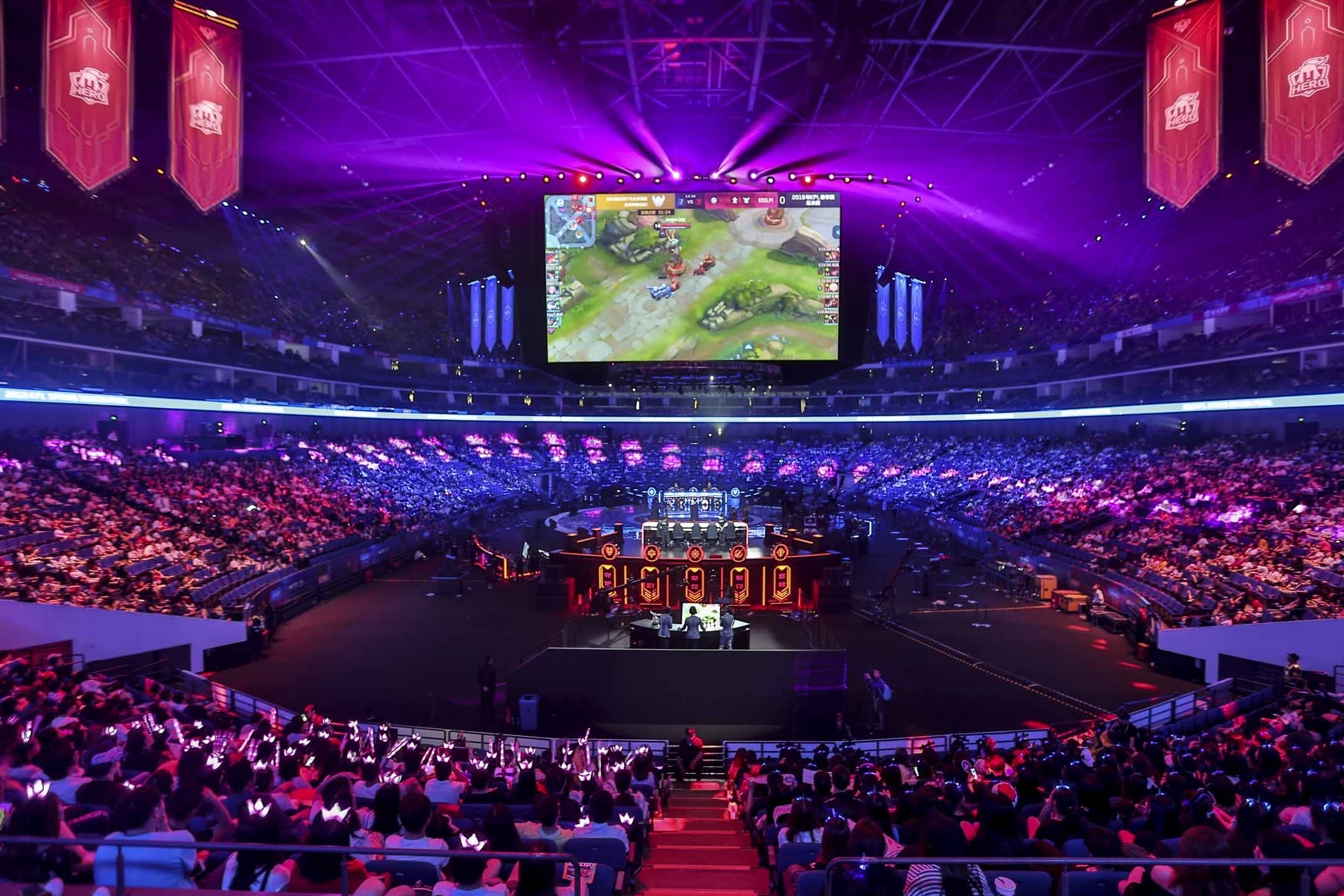 2018年3月,遊戲版號的審批工作突然暫停,令這個全球最大的、價值二千億元的遊戲市場,陷入焦灼。沒有人知道審批會在何時恢復。圖為2018年7月8日,上海「KPL王者榮耀」職業聯賽春季賽。 攝:Imagine China