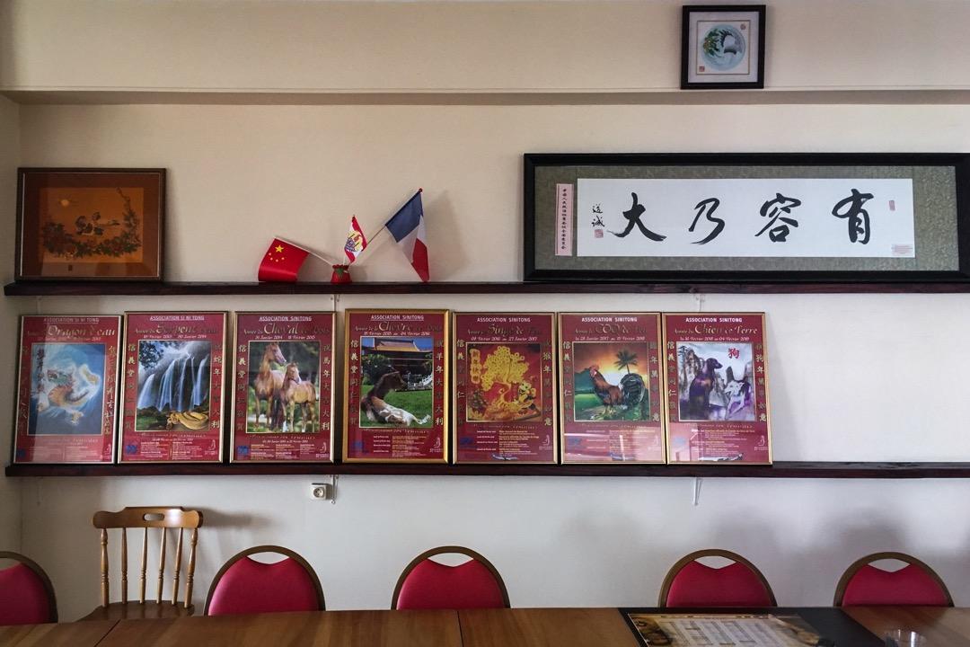 和很多華人社群類似,大溪地許多帶有民國色彩的組織,也成了新中國想要奪取的灘頭堡。對於新中國迎拒存疑,卻又難抵紅色資本的巨大誘惑。統整管轄所有大溪地華人組織的「信義堂」會議室裡的牆上,五星紅旗和中國政協贈送的匾額,都具象地說明了這些動態。 圖:作者提供