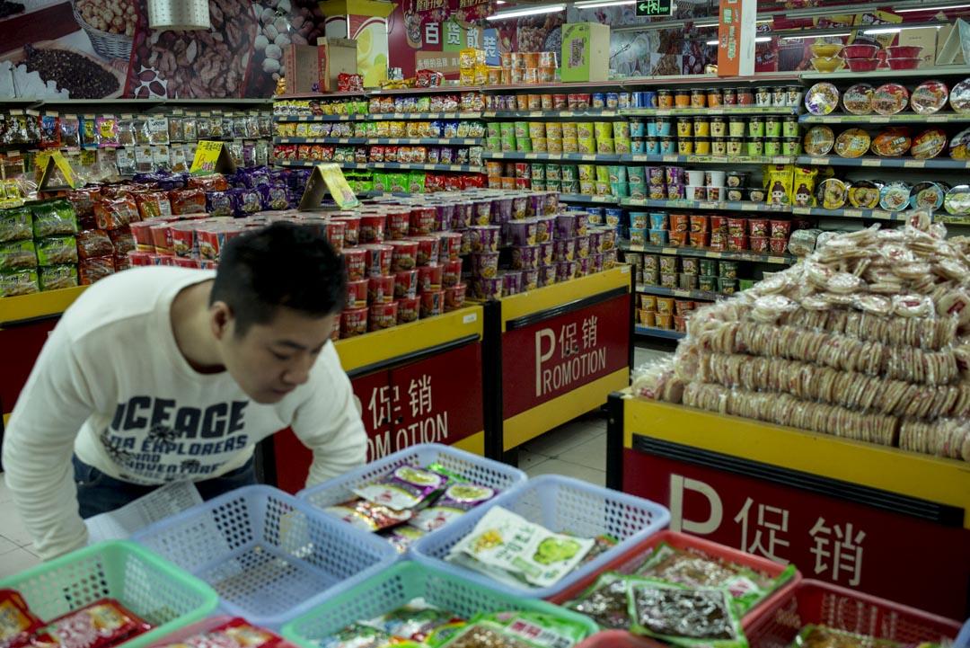 低價商品的銷售數字上漲。從拼多多的走紅,到榨菜、速食麵的熱銷,均被視作消費降級的有力證據,經濟環境下行,人們對廉價商品的需求就會上升。
