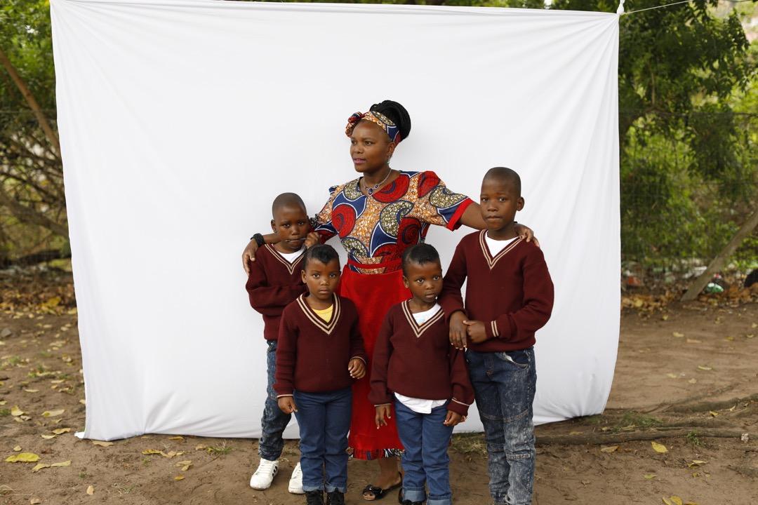 Jabulise Mkhize與自己的兩對雙胞胎兒子。
