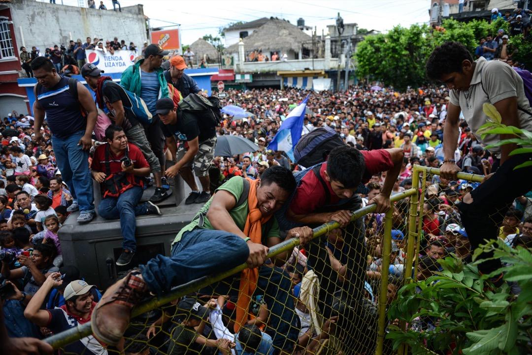 2018年10月19日,危地馬拉邊境城鎮Tecun Uman,數千名洪都拉斯移民嘗試翻越鐵閘,往墨西哥進發。